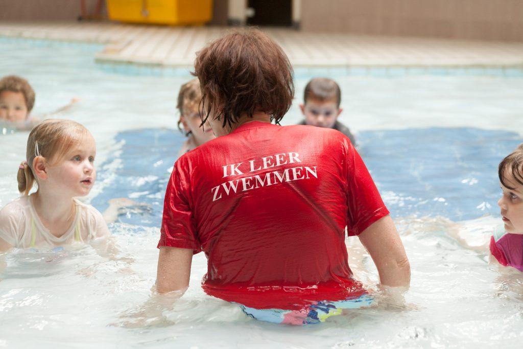 8082185bff9 Voor de ouders. Omdat we de kinderen niet willen afleiden mogen ouders niet  de hele tijd kijken bij de zwemlessen. De laatste 5 minuten mag dit bij de  ...